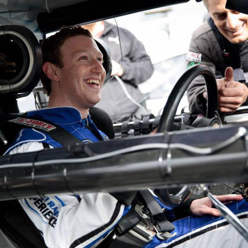 Así reacciona Mark Zuckerberg al subirse a un coche de la NASCAR