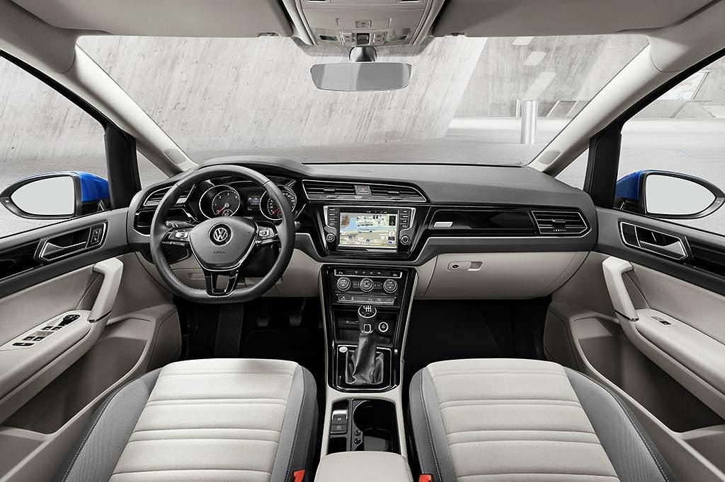 Volkswagen-Touran-2015-interior