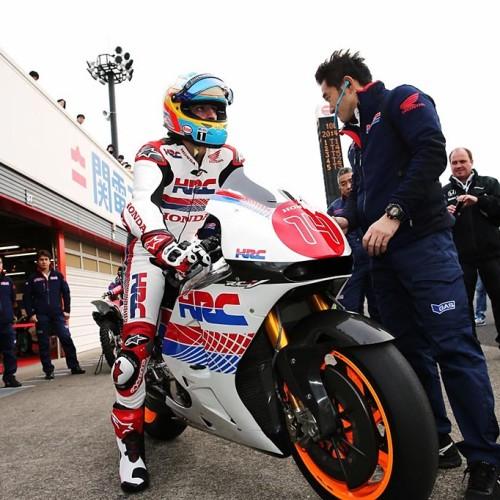 Fernando Alonso prueba la Honda de MotoGP