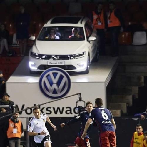 Un Volkswagen Passat GTE, convertido en palco VIP de fútbol