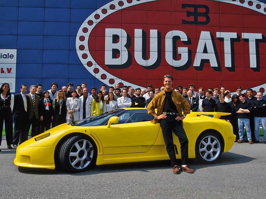 Michael Schumacher y su Bugatti EB110 en la fábrica