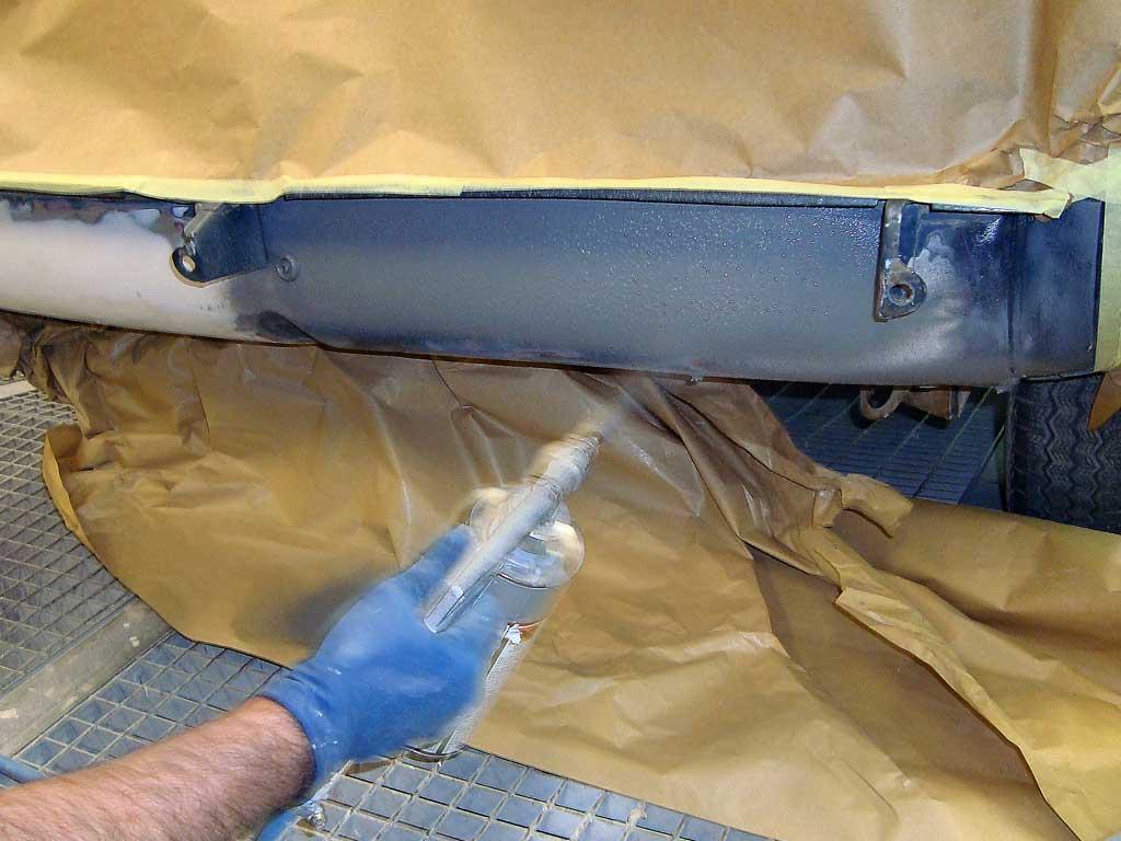 Aplicar pintura antigravilla carrocería coche clásico