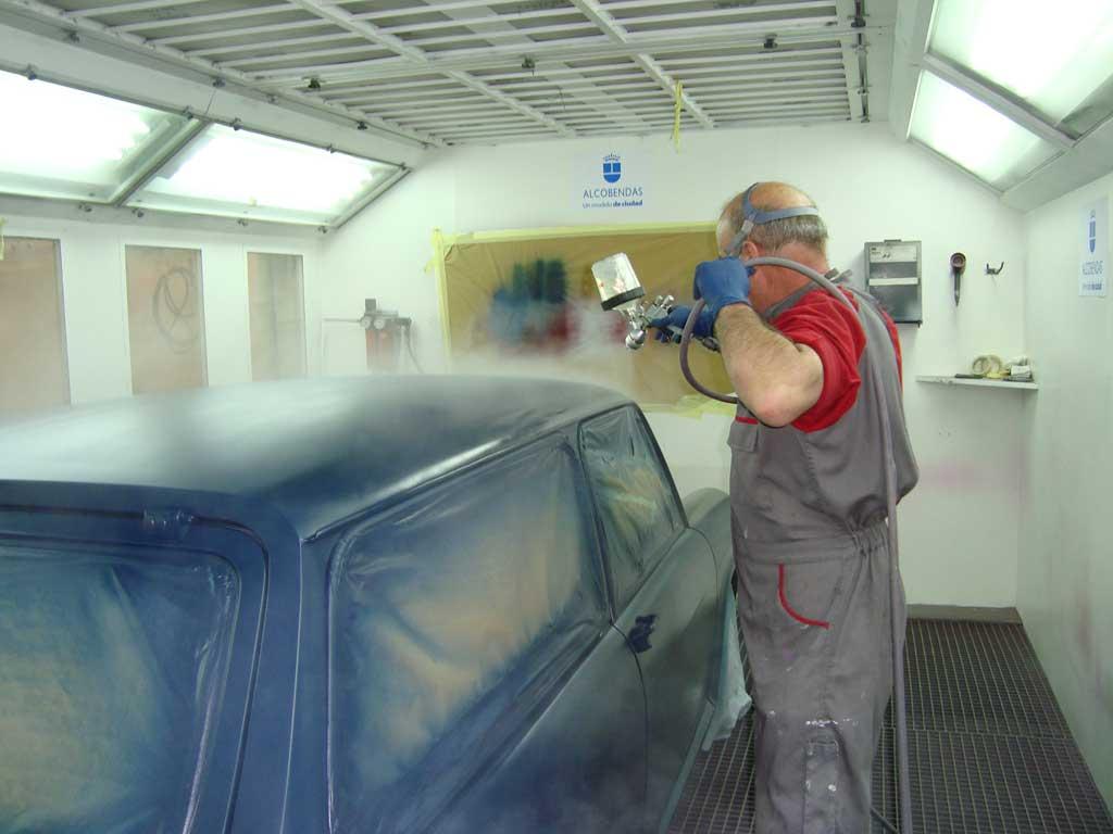 Aplicar la pintura en la carrocería coche clásico