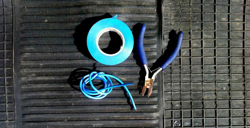 Metro de cable, alicate de corte y cinta aislante.