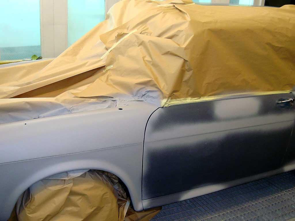 Aplicar capa de sellado carrocería coche clásico