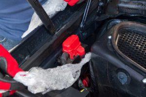 Quitar protecciones de plástico del vano motor