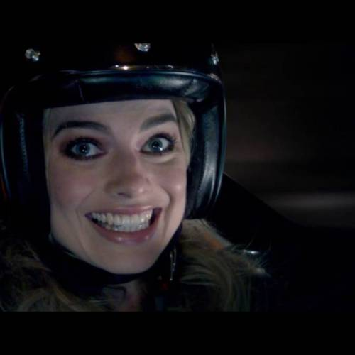 Margott Robbie, de Suicide Squad, lo da todo con el Nissan BladeGlider