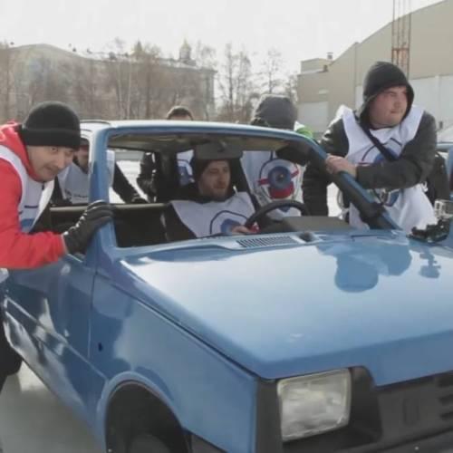 Car curling: en Rusia juegan a este deporte con coches viejos