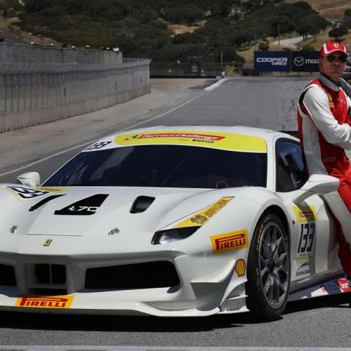 El actor Michael Fassbender se divierte como piloto de carreras de Ferrari