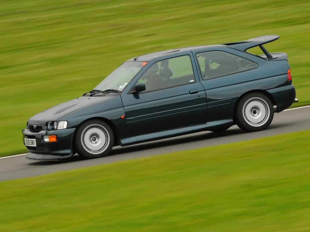 Coches clásicos de los 90 en los que invertir: Ford Escort RS Cosworth barrido