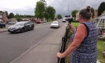 """La anciana que """"trollea"""" a los coches con un radar falso"""