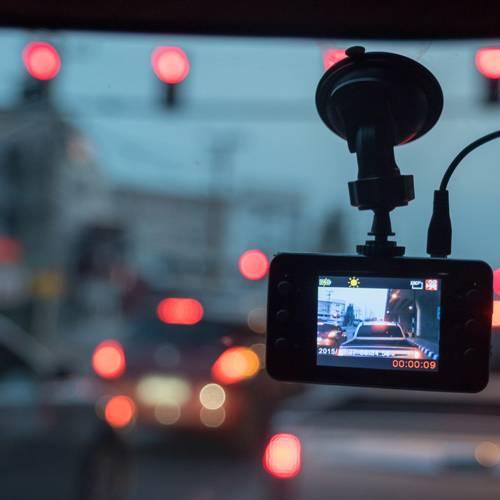 ¿Es legal el uso de cámaras en el salpicadero del coche?