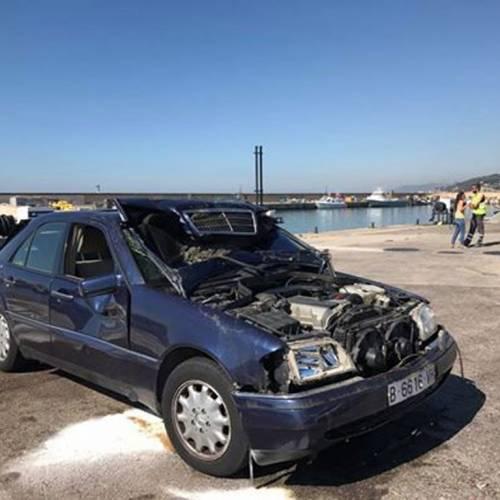 Un mecánico se tira al mar con el coche de un cliente moroso