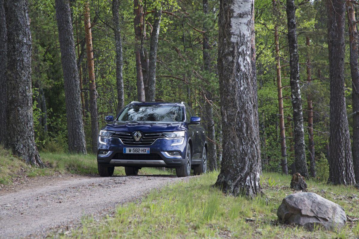 Renault Koleos 2017 frontal en el bosque