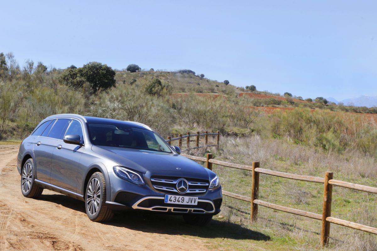Mercedes-Benz E 220D All-Terrain apoyo en campo