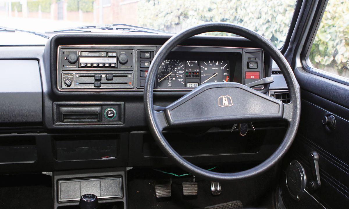 Volkswagen Golf MKI 1.5 GLS salpicadero