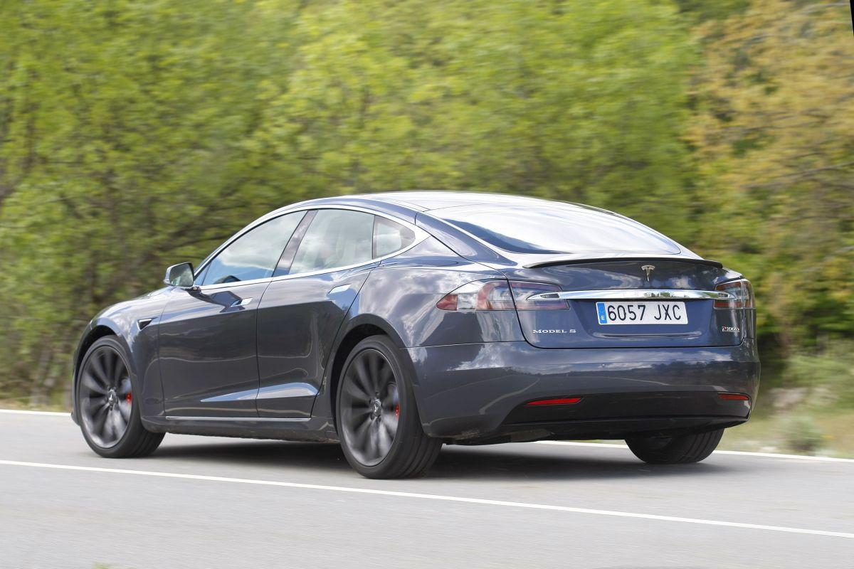 Tesla Model S P100D trasera en curva