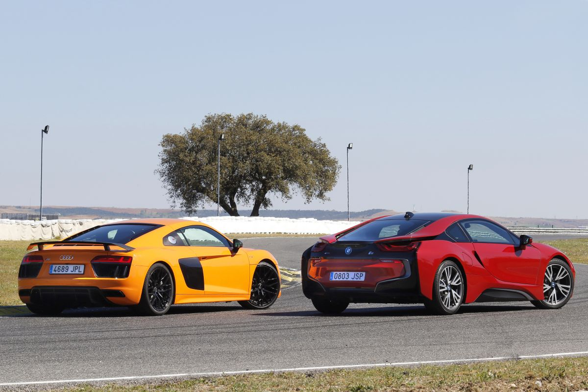 Audi R8 V10 Plus o BMW i8: los dos trasera
