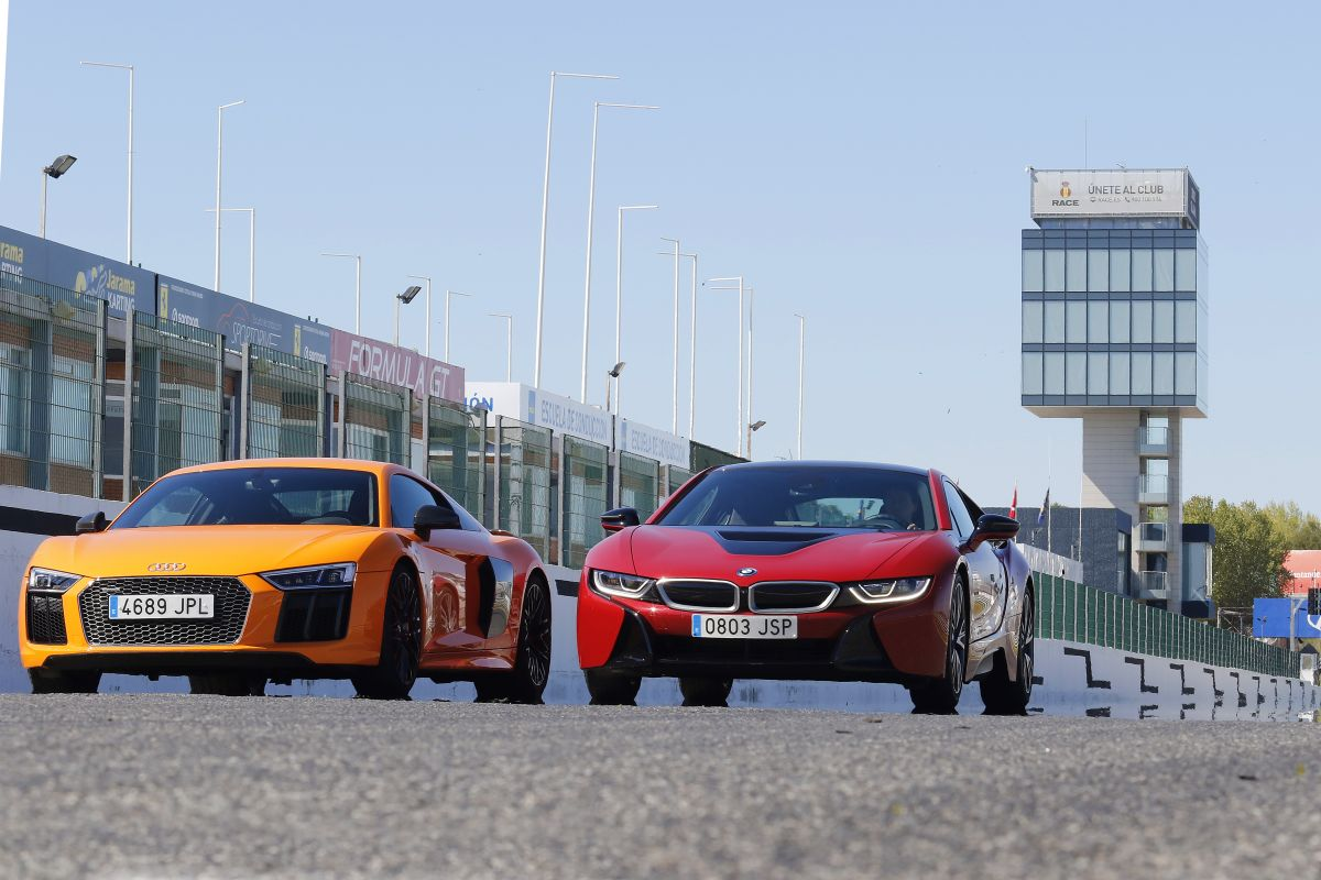 Audi R8 V10 Plus o BMW i8: los dos en movimiento en circuito