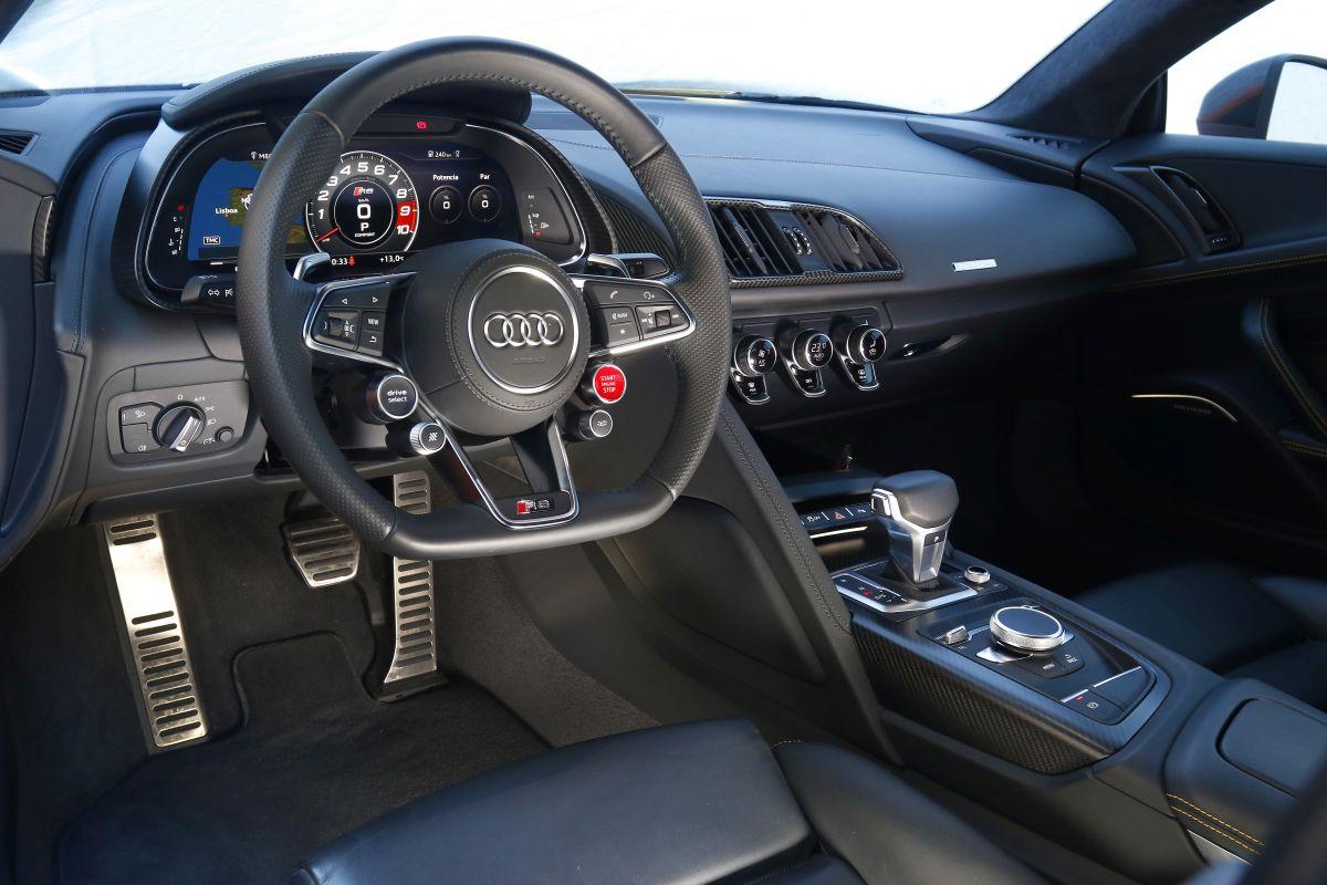 Audi R8 V10 Plus o BMW i8: salpicadero R8