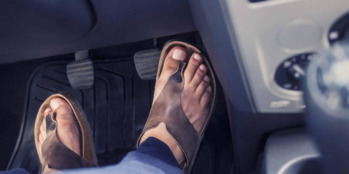 Conducir con chanclas, descalzo o sin camiseta: la respuesta de la Guardia Civil