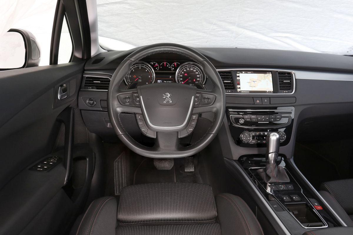 Peugeot 508 2.0 BlueHDi 180 o Renault Talisman dCi 160. Salpicadero Peugeot 508
