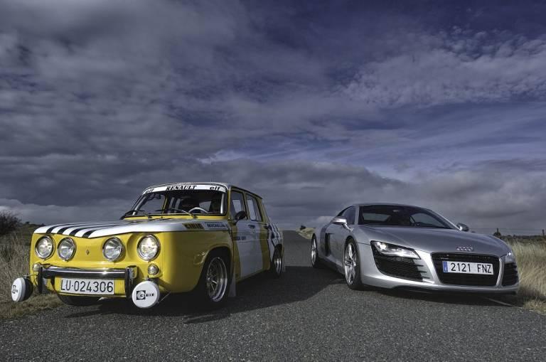 Renault 8 TS contra Audi R8 los dos frontal en movimiento