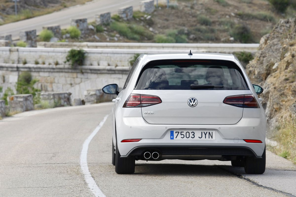 Volkswagen Golf GTD DSG 7 trasera en movimiento