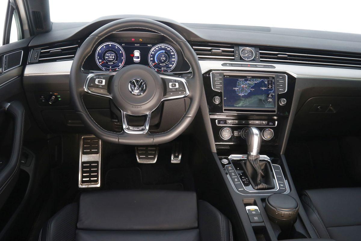 Volkswagen Passat Sport 2.0 TSI 280 CV salpicadero