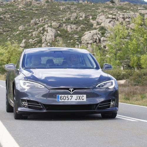 Tesla se enfrenta a una demanda por (supuestamente) vender coches defectuosos