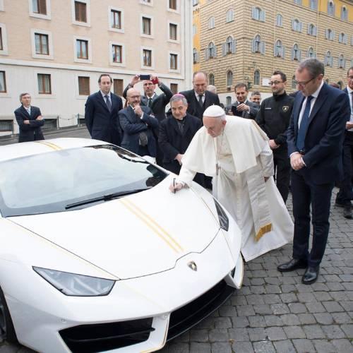 El Lamborghini del Papa Francisco, subastado por 715.000 euros, se viene a España