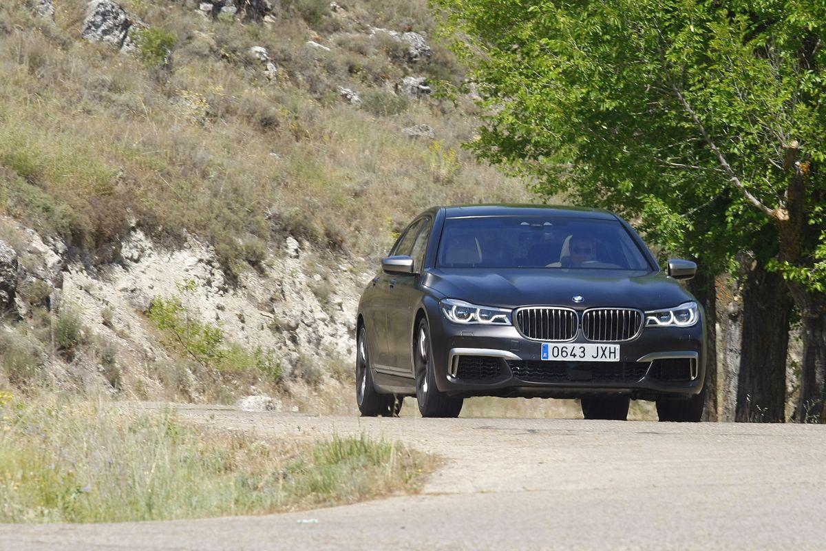BMW M760Li xDrive. Apoyo en curva