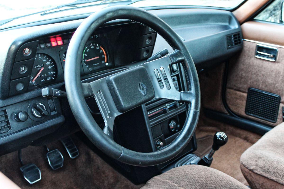 Renault 18 Turbo. Volante