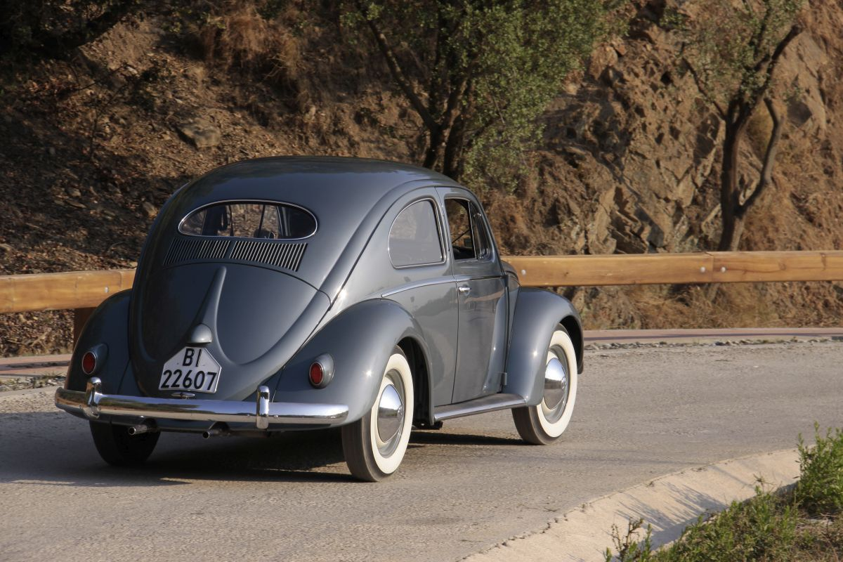 Volkswagen Escarabajo Oval 1955. Trasera en movimiento