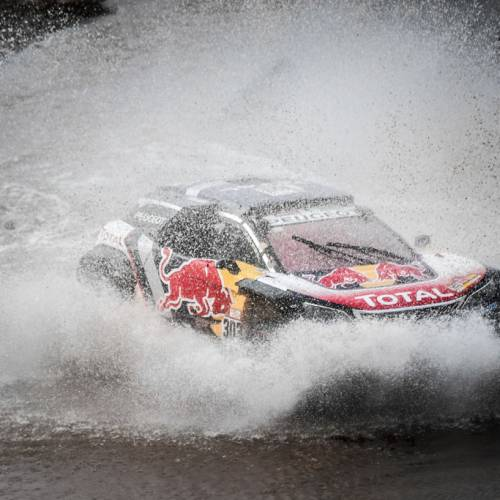 Dakar 2018: Sainz salva la etapa tras pinchar y romper la caja de cambios