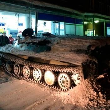 Un hombre empotra un tanque robado en una tienda para llevarse una botella de vino