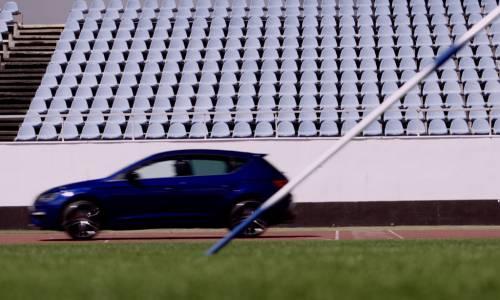 Nuevo reto para el SEAT León Cupra: ahora contra una jabalina