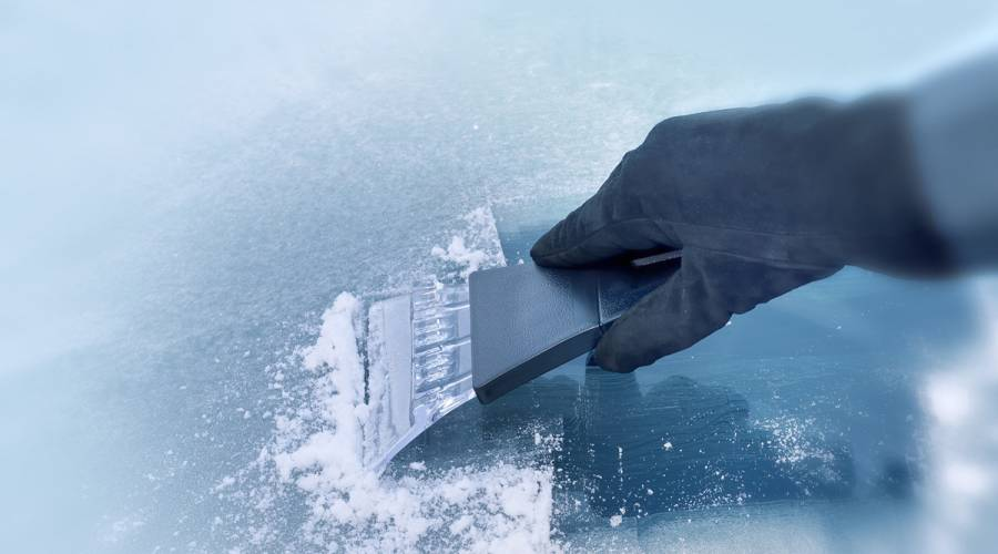 Cómo quitar el hielo del parabrisas en tres claves… y lo que nunca debes hacer