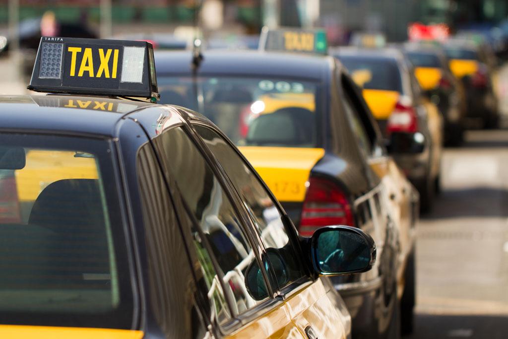 Barcelona limitara el uso de Uber y Cabify