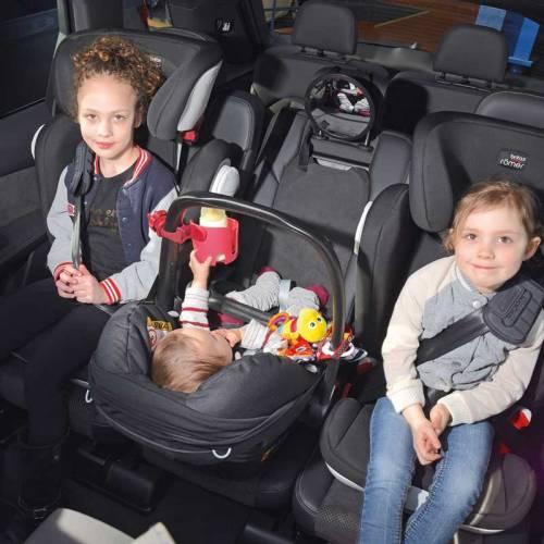 Los coches en los que caben tres sillitas infantiles (de verdad)