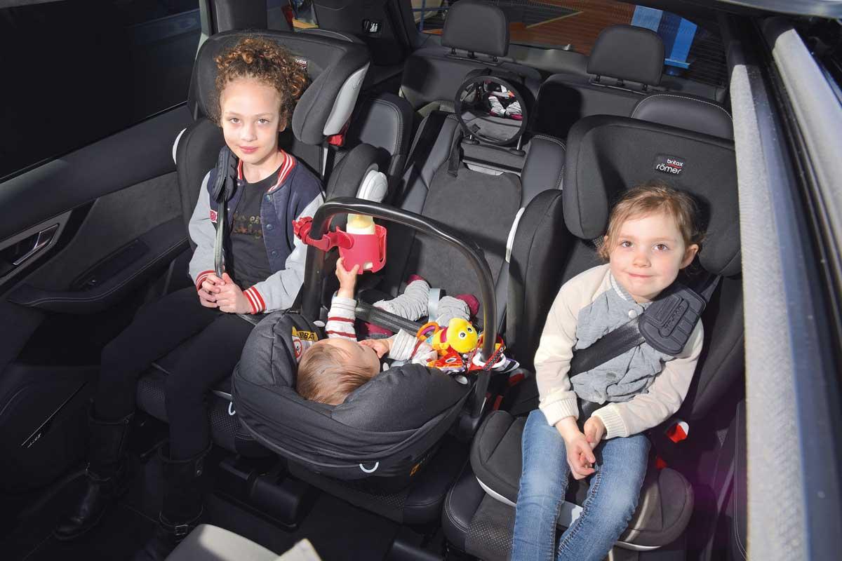 familia con 3 sillas de bebe que coche comprar
