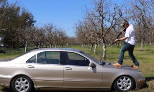 Prueba varias armas sobre un Mercedes-Benz Clase S para demostrar su resistencia (vídeo)