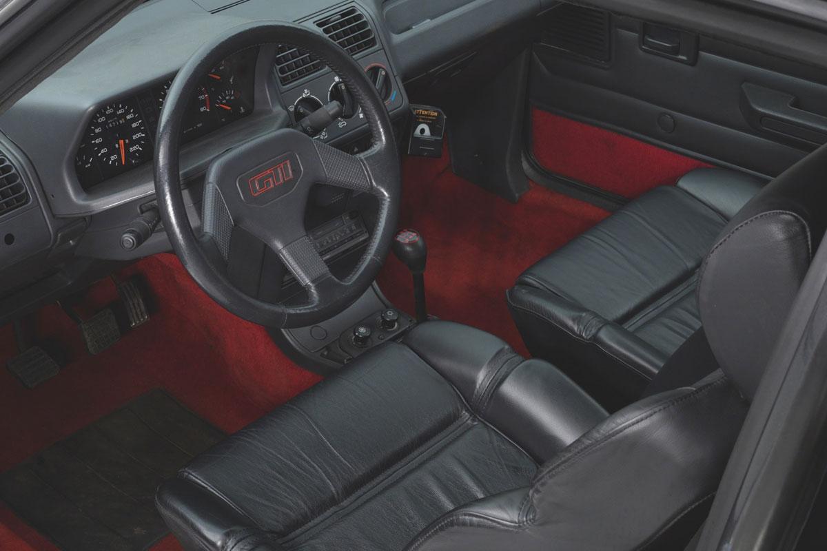 Interior Peugeot 205 GTI blindado Bernard Arnault