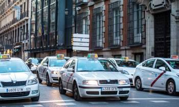 El Gobierno aprueba una ley que protege a los taxis frente a los VTC