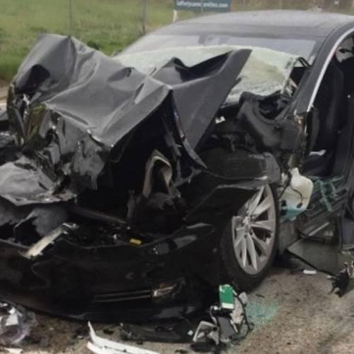 Así quedó el Tesla Model S tras chocar con un coche de bomberos con el Autopilot conectado