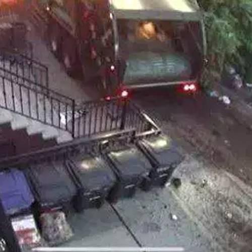 Espectacular accidente de un camión de basura que arrolla nueve coches