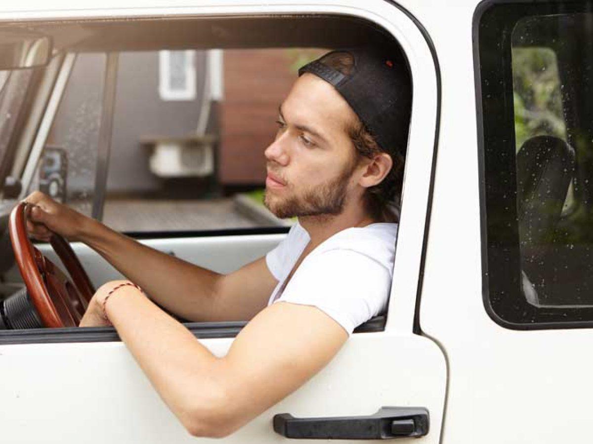 Sí, te pueden multar por conducir con el codo fuera