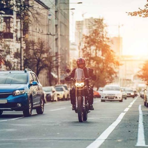 Motoristas y conductores de coches, ¿se respetan todo lo que deben?