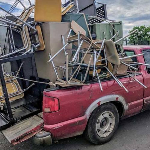 Este conductor se ha vuelto viral por el exceso de carga en su pick-up