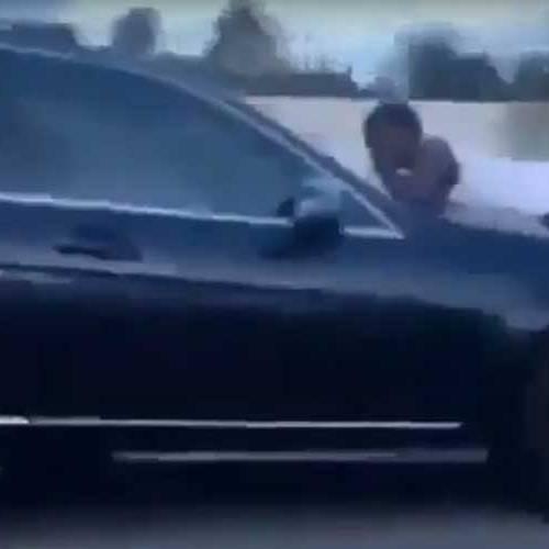 Una discusión de pareja termina con un hombre agarrado al capó a 110 km/h